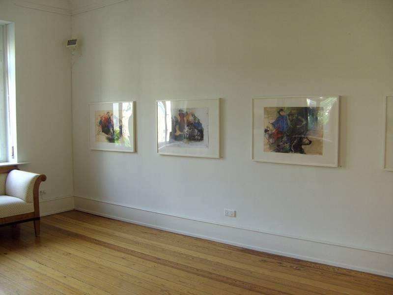 Blick in die Galerieräume, es hängen Gemälde an der Wand.